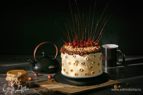 Конечно же, торт получил название «Семушка», потому что так мужу и сыну сразу понятно, о каком торте идет речь. А они мне очень помогли с его трудоемким приготовлением и, конечно же, не менее трудоемкими съемками. Спасибо вам, мои любимые!
