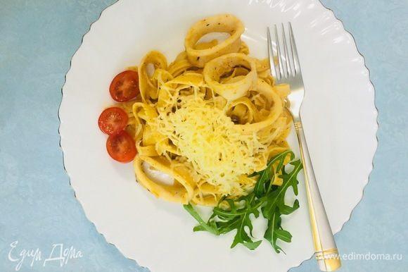 Готовое блюдо выложить в тарелку и посыпать натертым сыром. Украсить по желанию.