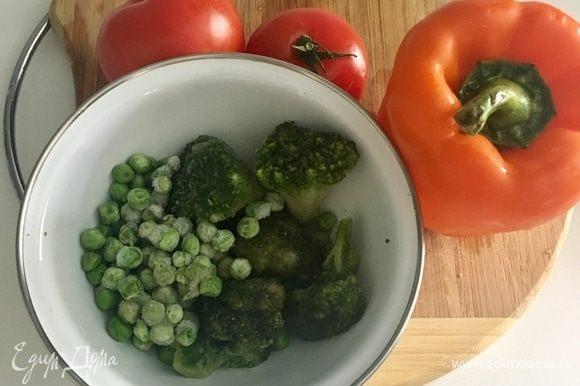 Пока варится рис, подготовим остальные овощи для супа. Повторюсь, набор овощей произвольный под вкусы вашей семьи. У меня — замороженная капуста брокколи, замороженный зеленый горошек, оранжевый болгарский перчик и томаты! Все цвета радуги в одном супе!