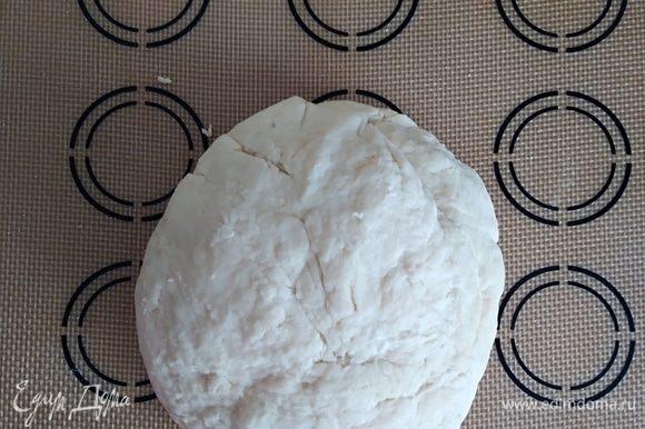 Добавить просеянную муку и замесить нежное тесто. Убрать на 15 минут в холодильник. Это не обязательный пункт, можно с ним работать и сразу. Если тесто вам понравится, можете как я, использовать его для приготовления пиццы.