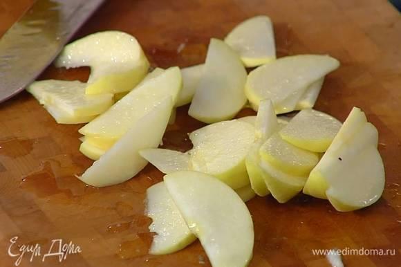 Яблоко, удалив сердцевину, нарезать тонкими ломтиками. Из половинки лимона выжать сок и полить нарезанное яблоко.