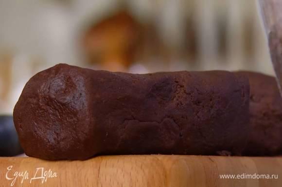 Сформировать из теста одну-две колбаски, завернуть в пищевую пленку и отправить в морозильник на 15 минут.