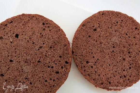 Готовый остывший бисквит обернуть в пищевую пленку и дать отлежаться сутки, затем разрезать на 2 коржа. Один корж будет основой для торта.