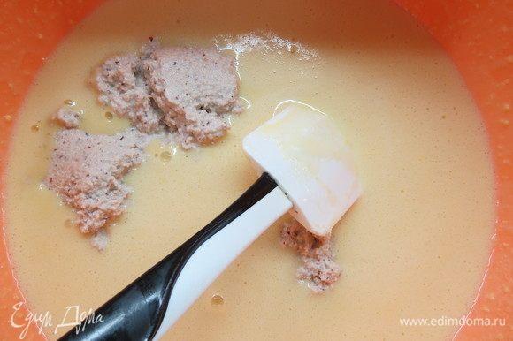 Затем добавить ореховую пасту, слегка взбить крем миксером или венчиком, остудить до 30°С.