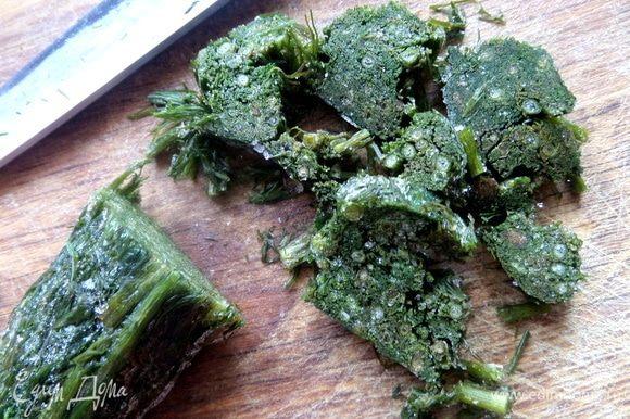Зелень любую для аромата нарезать.