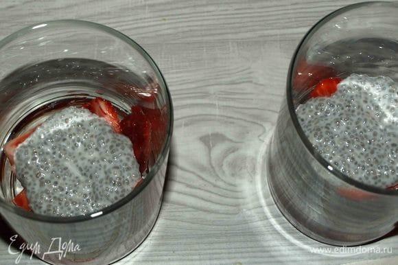На дно стакана кладем нарезанную клубнику, сверху выкладываем чиа с кокосовыми сливками.