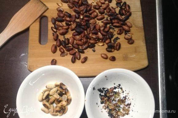 Два блюдечка — в одном обгоревшую кожицу с орешков легко руками снимаем, в другую — чистые орешки.