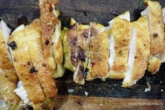 Готовую курицу порционно нарезаем.