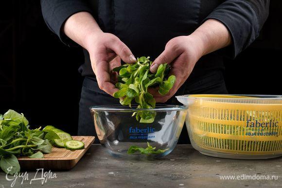 Выложите все ингредиенты для салата в удобную миску из термостойкого стекла 3 в 1 Faberlic by Julia Vysotskaya. Оставьте немного орехов и базилика.