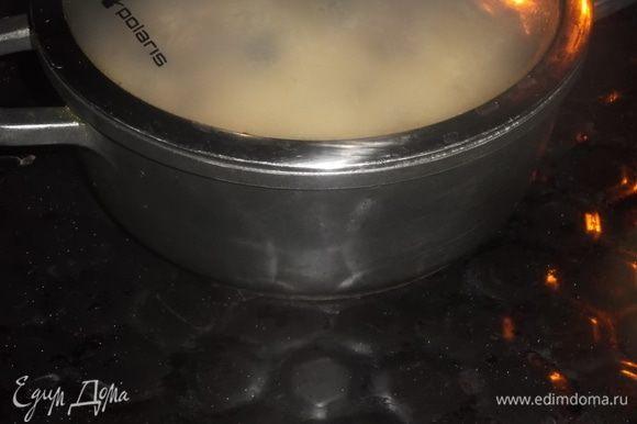 Накрыть крышкой и поставить в духовку на 15 минут.