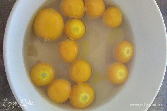 Приготовим сахарный сироп: удалим чашечки физалиса, бланшируем 2 мин, промоем и бросим в сироп. Вымачивать сутки.