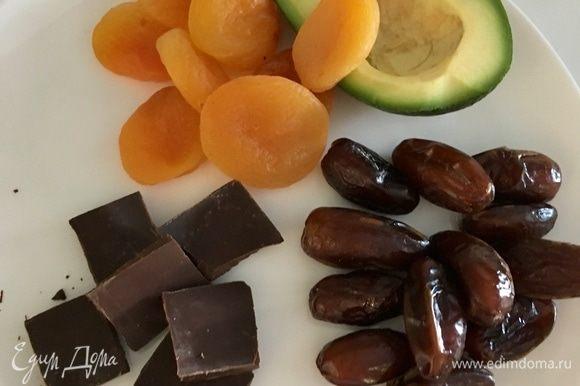 Подготовим сперва сухофрукты: финики и курагу проверенного качества. Темный шоколад. Чем выше процент содержания какао, тем лучше! Половинка любимого мной авокадо.