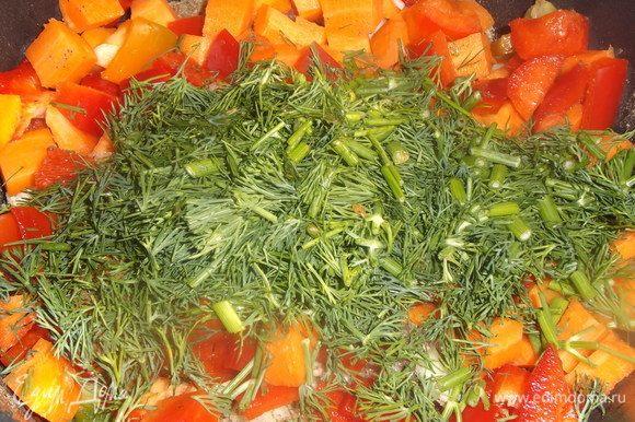 Укроп нарезать и выложить к овощам.