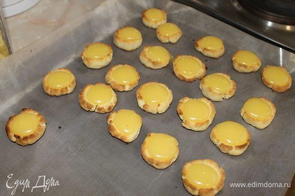 Заполните углубление лимонным курдом и отправьте печенье в духовку выпекаться, при тепературе 180°C. Как тесто слегка зарумянится, можно достать из духовки и остудить.