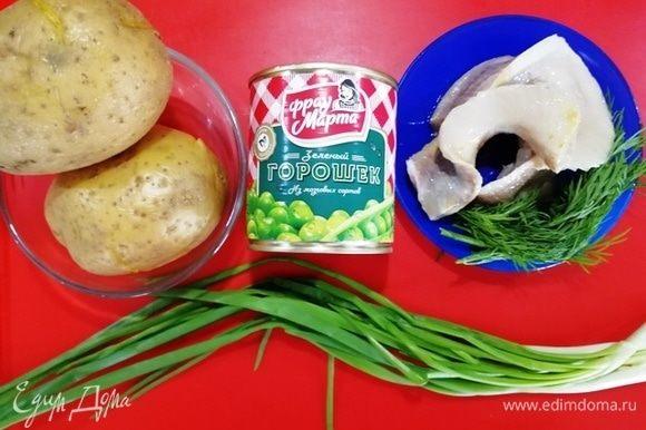 Картофель отварим в мундире. Откроем банку горошка «Фрау Марта», подготовим остальные ингредиенты.