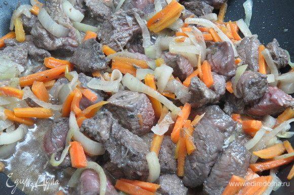 Добавить в сковороду к луку и моркови замаринованное мясо (маринад предварительно слить, но не выливать), обжарить до румянца.