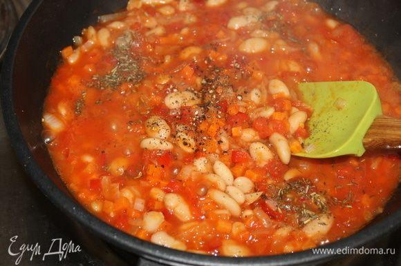 Добавьте измельченные помидоры, специи и продолжайте тушить овощи с фасолью в течении 3 минут.