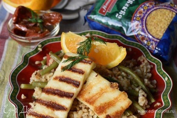 Можно подавать салат! Ароматный и душистый булгур с овощами! Жареный сыр-гриль с легким ароматом дымка! Долька апельсина и любая свежая зелень для совсем пряной и более колоритной нотки! Очень вкусно получилось, сытно, полезно и довольно необычно! Как вы считаете?