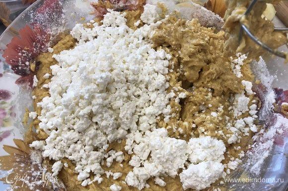 В миндальное тесто добавляем творог (или рикотту) и перемешиваем. Последними добавляем взбитые белки и аккуратно вмешиваем их силиконовой лопаткой, чтобы тесто было как можно воздушнее.