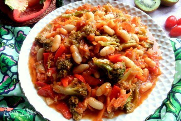 Переносим на большое неплоское блюдо вместе с соусом.