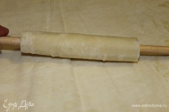 Используя деревянную палочку, сверните тесто в трубочку. Аккуратно извлеките ее, а трубочку спрячьте в контейнер под крышку. У меня в качестве вспомогательного инструмента использовалась палочка от ненужной вешалки.