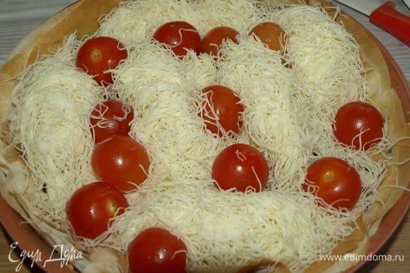 Сверху выкладываем помидоры черри. Сколько получится. Отправляем назад в духовку на 15 минут. Пирог должен подрумяниться в меру.