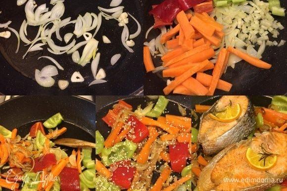 В сковороде с толстым дном разогреваем остатки оливкового масла, добавляем лук, чеснок и тушим до золотистого цвета. Затем добавляем остальные овощи, перемешиваем, накрываем крышкой и тушим 5 минут. Затем добавляем соль, перец, тимьян, кунжут, перемешиваем и снимаем с огня. Сверху на овощи кладем готовую рыбку, накрываем и даем постоять 5 минут.