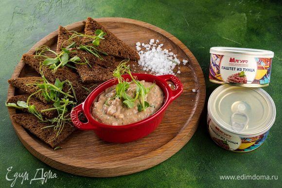 Подавайте мусс на подсушенных гренках или крекерах. Быстрая и вкусная закуска понравится вашим гостям!