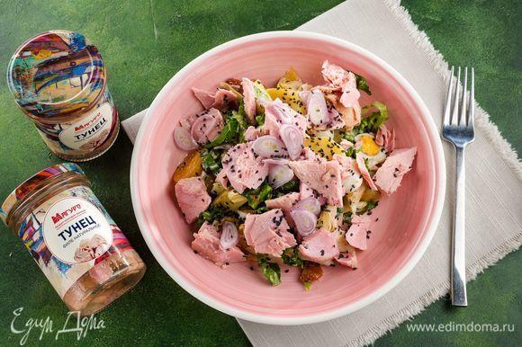 Украсьте салат луковыми кольцами и кунжутом. Приятного аппетита!
