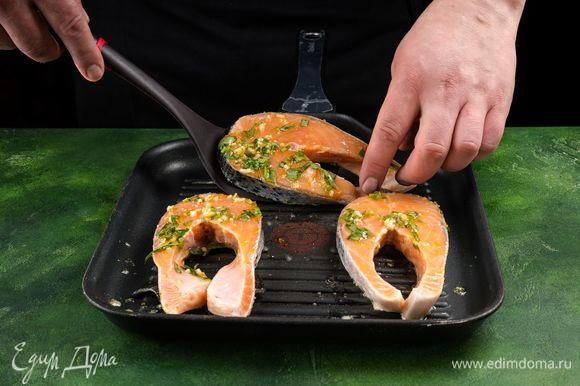 Разогрейте хорошо сковороду-гриль и пожарьте стейки по 5 минут с каждой стороны.