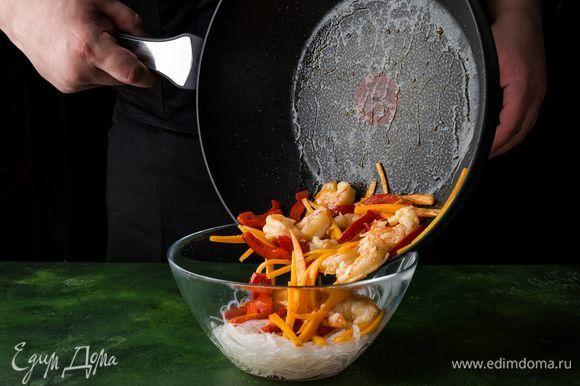 Фунчозу откиньте на дуршлаг. Далее выложите ее в салатник, добавьте обжаренные овощи с креветками.