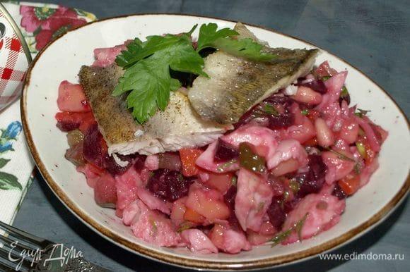 Салат готов. Можно подать с кусочками жареного судака. Приятного аппетита!
