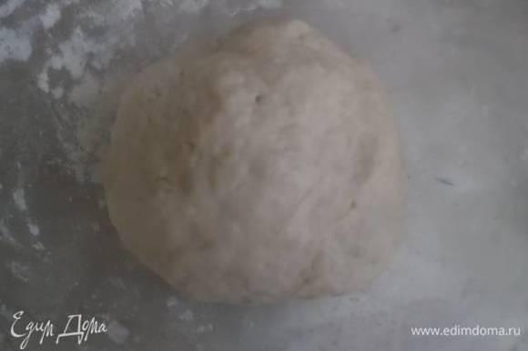 Замесить тесто. В молоко добавить дрожжи и сахар. Дать подняться. Добавить соль, перемешать. По стакану добавляем муку и замешиваем тесто. После третьего стакана добавить растительное масло. Хорошо перемешать и добавить оставшиеся полстакана муки.