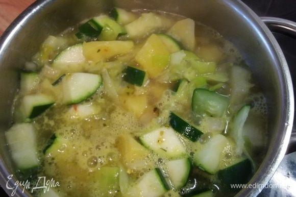 Вливаем овощной бульон и варим минут 10–15 до готовности картофеля.