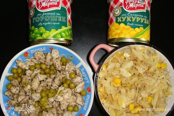 С зеленого горошка и кукурузы ТМ «Фрау Марта» слить воду. В курицу добавить зеленый горошек и перемешать. В капусту — кукурузу.