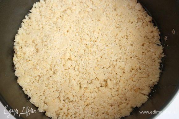 Слегка прижать крошку ко дну формы, чтобы тесто не рассыпалось после выпечки на составляющие, вместе с тем сохраняло пористую структуру.