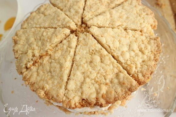 Сверху поместить кусочки коржа, разрезанного на 8 частей. Можно на этом этапе остановиться. Торт уже готов, его можно украсить персиками, листиками мяты. Если вы решите сделать такой вариант, то вам нужно немного убавить количество ингредиентов для крема.