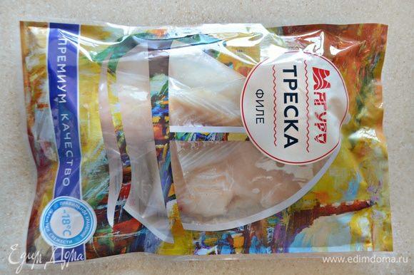Филе трески ТМ «Магуро» разморозить на нижней полке холодильника. Промокнуть бумажными полотенцами и нарезать филе на порционные кусочки.