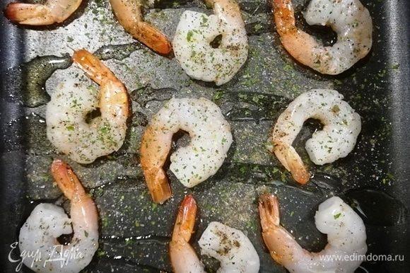 Целые креветки поместим на противень, посыпаем солью, перцем и зеленью. Отправим в духовку на 5 минут. Температура — 200°С.