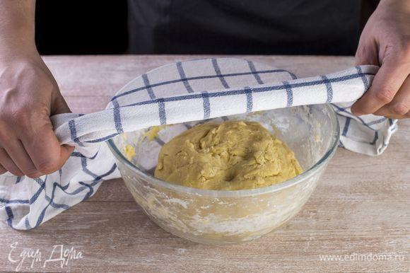 Замесите тесто, сформируйте ком, смажьте растительным маслом, положите в миску и накройте чистым полотенцем. Оставьте тесто на расстойку на полчаса.