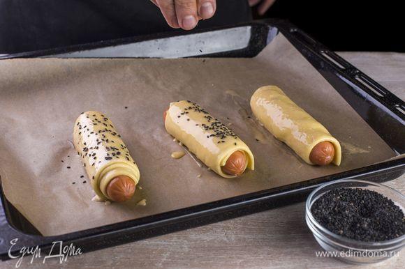 Смажьте тесто смесью из молока и желтка, посыпьте кунжутом.