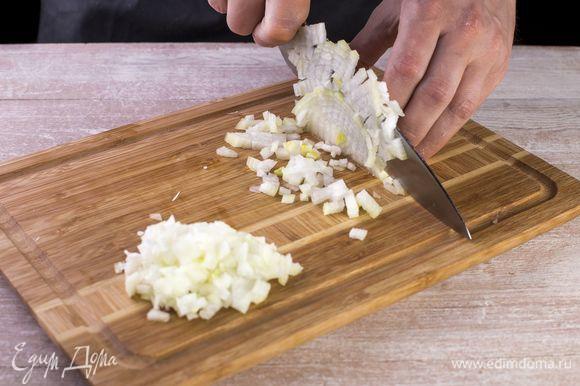 Нарежьте кубиками лук, обжарьте до золотистого цвета в растительном масле.