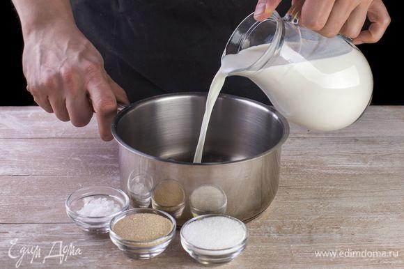 Немного подогрейте молоко, разведите в нем дрожжи, оставьте на 10 минут.