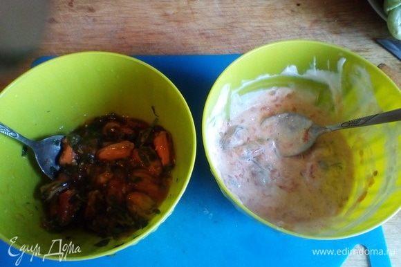 Достаем две небольшие емкости и выкладываем в каждую по половине мидий. В первую (левую на фото) добавляем устричный соус и рубленую петрушку. Во вторую — йогурт и соль по вкусу.