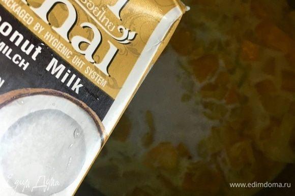 Влить 250 мл кокосового молока и столько же овощного бульона. Если бульона нет, можно использовать воду.