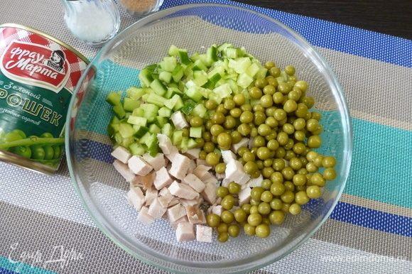 Нарезать свежий огурец и куриную грудку кубиком, примерно размером с горошину. И горошка, и курятины, и огурца должно быть примерно одинаковое количество.