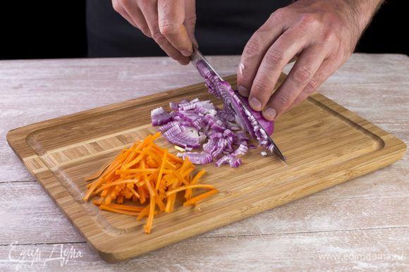 Нарежьте луковицу кубиками, а морковь — соломкой.