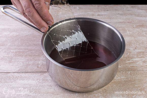 Разведите в этой смеси желатин и оставьте разбухать. Затем немного подогрейте и дайте полностью остыть.