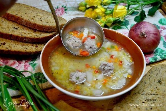 Готовый нежный суп разливаем по тарелкам.
