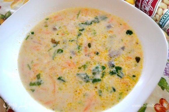 Накрываем крышкой, выключаем нагрев и оставляем постоять минут 10. И зовем всех к столу. Это очень нежный и шелковистый ароматный суп. Приятного аппетита!